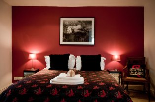 Cherry Room - Queen size bed En-suite power shower Overlooking picturesque lawns and gardens Flat screen TV/DVD